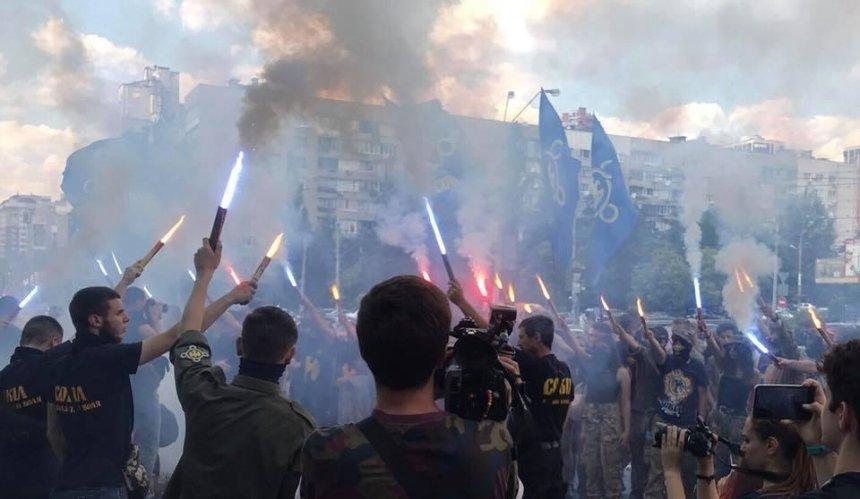 Националисты устроили акцию протеста возле ТРЦ Ocean Plaza (фото)
