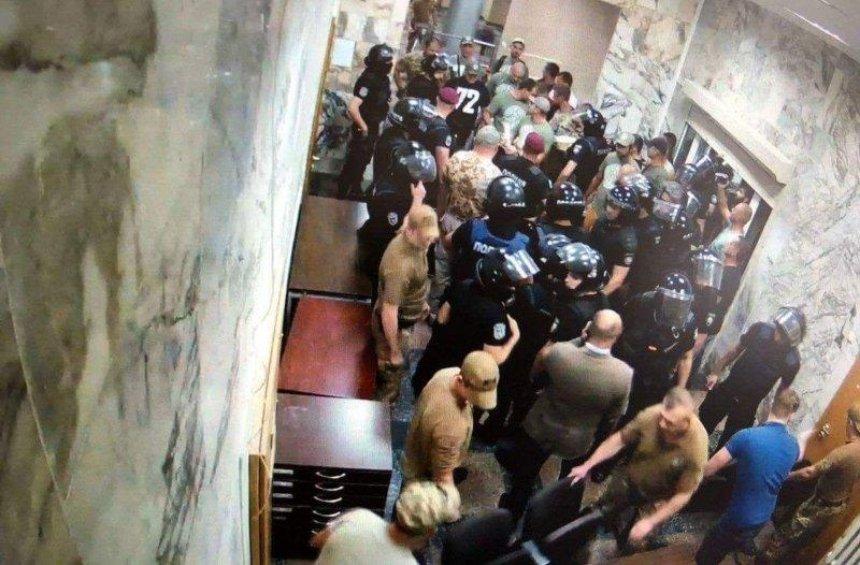 Кидали торты и громили мебель: протестующие ворвались в здание НАБУ (фото)