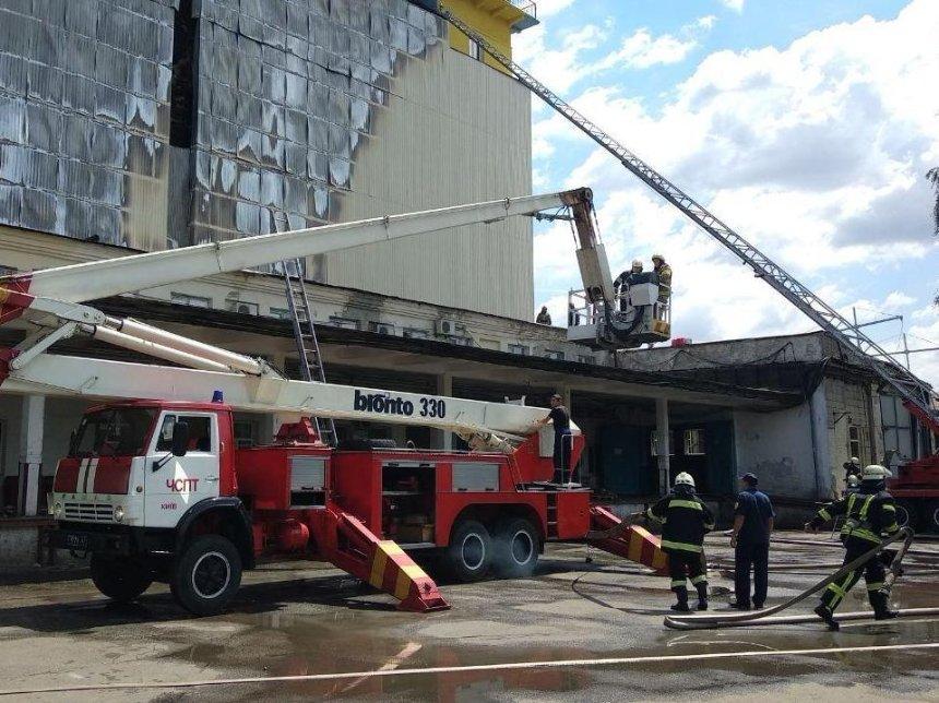 В Києві на комбінаті «Прогрес» сталася пожежа (фото)