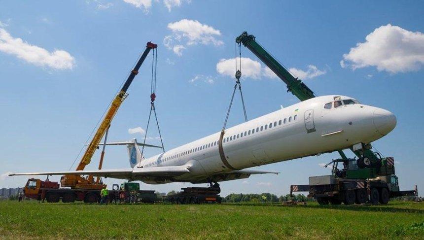 В аеропорту «Київ» прибрали літак, який викотився за межі злітної смуги під час аварії (фото)