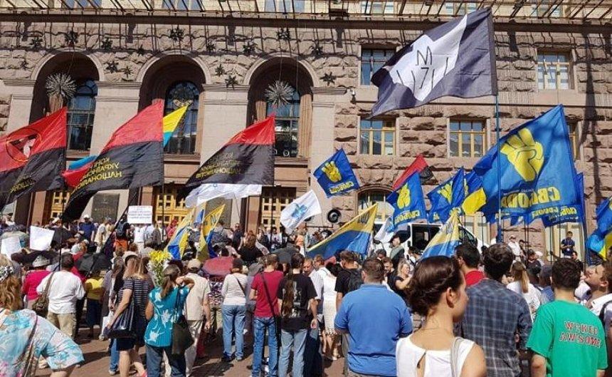 Під КМДА мітингують одночасно за та проти підвищення цін у громадському транспорті (фото)
