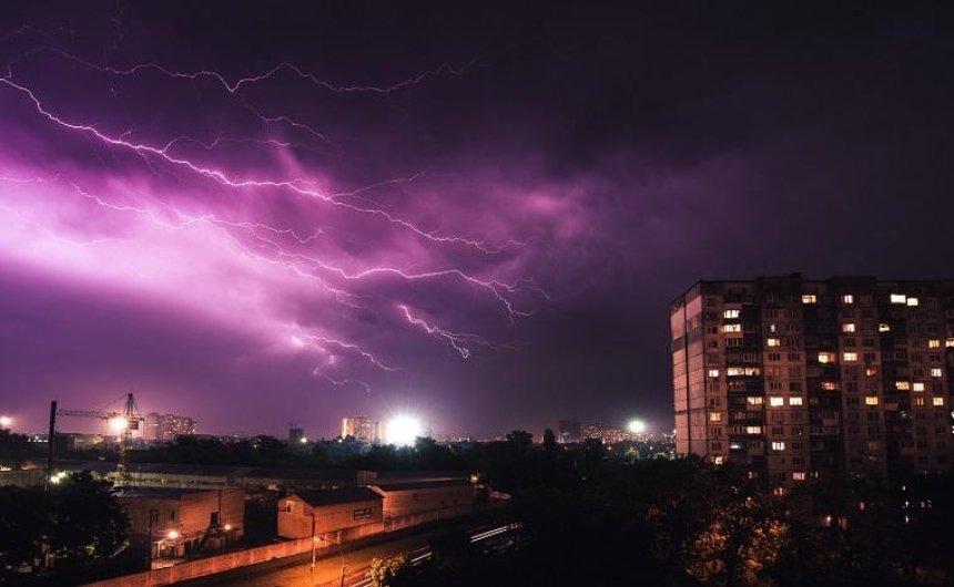 Шквал и град: жителей столицы предупредили об изменениях погоды