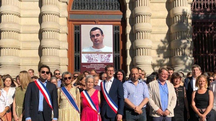 В Париже вывесили фотографию Олега Сенцова на здании мэрии (фото)