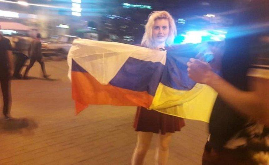 В центре Киева заметили туристов с российским флагом (фото, видео)