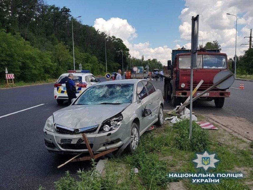 На Одесской трассе машина наехала на работников дорожной службы