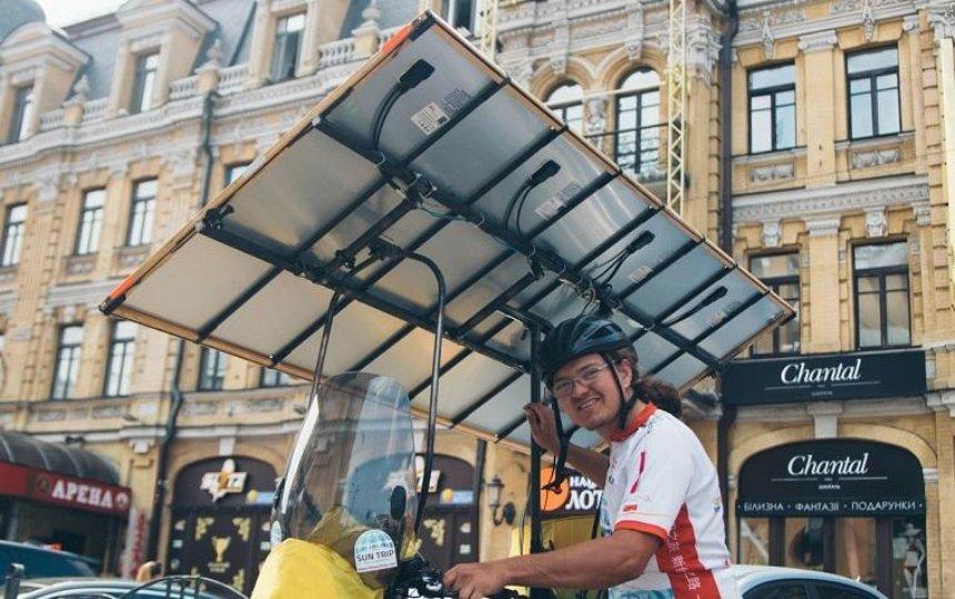 В Киеве заметили велопутешенственника с солнечной батареей (фото, видео)