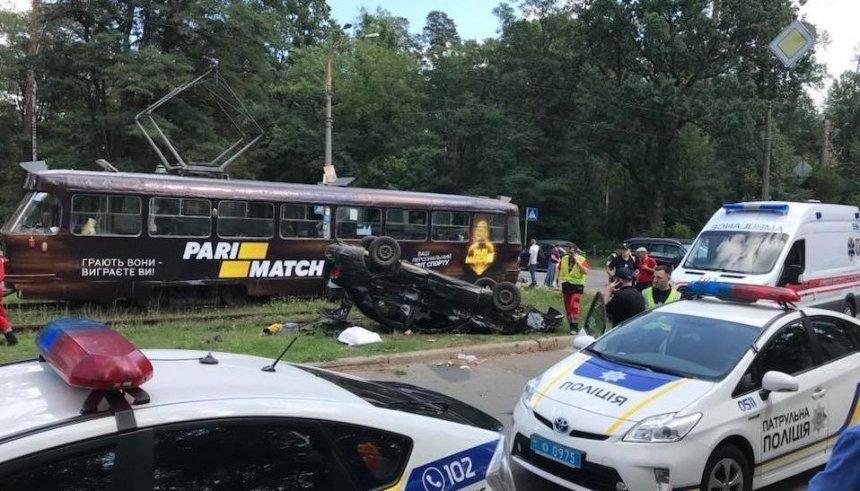В Пуще-Водице легковушка въехала в трамвай (фото)