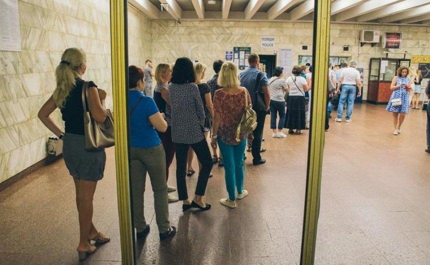 У касс метро образовались огромные очереди (фото)