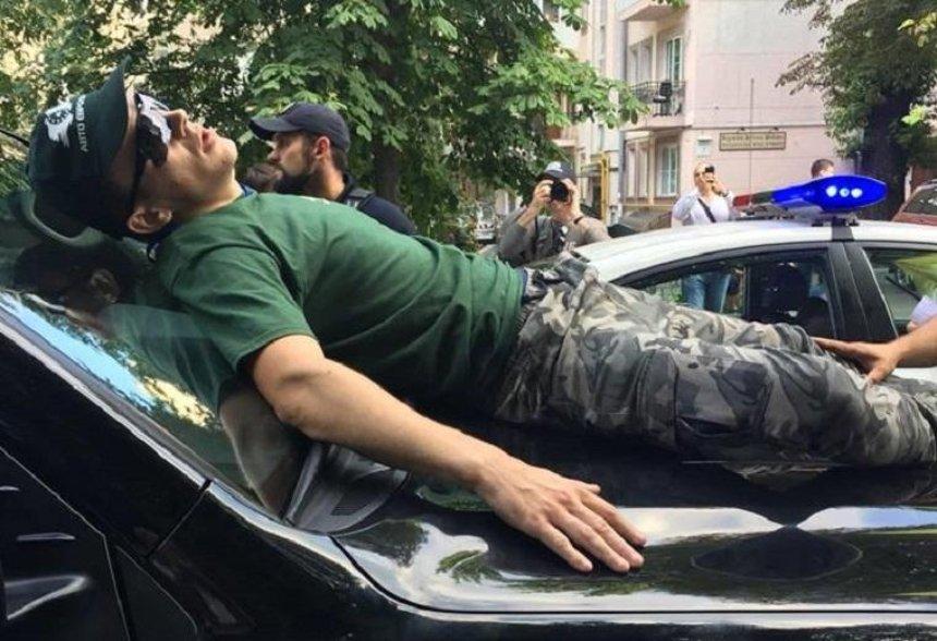 Позашляховик нардепа наїхав на учасника акції власників авто на єврономерах (фото, видео) — оновлено