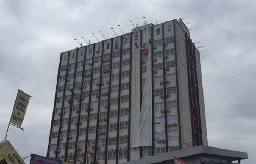На проспекті Бандери демонтували величезний банер (фото)