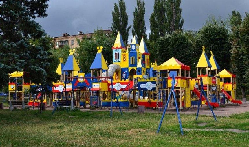 Киевляне просят запретить депутатам «пиариться» на детских площадках