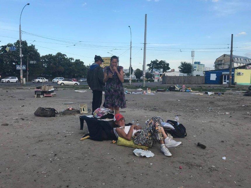 «Пройти без страха невозможно»: киевлянин показал стихийную барахолку наКуреневке (фото)