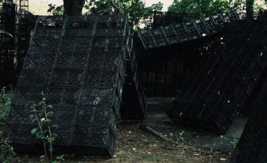 Рейтарську заполонили тисячі чорних ящиків (фото)