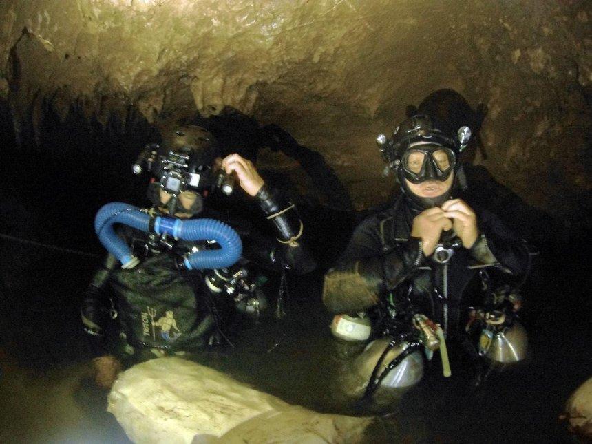 Українські волонтери допомагають рятувати дітей з затопленої печери у Таїланді (фото)