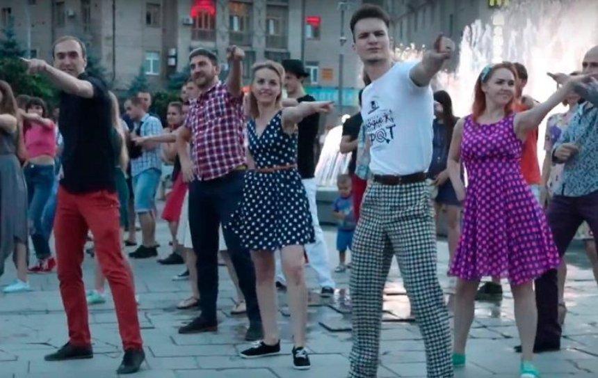 На Майдане прошел флешмоб под песню Элвиса Пресли (видео)