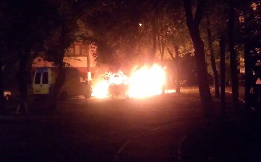 В Киеве взорвались две машины, принадлежащие одной семье (фото, видео)