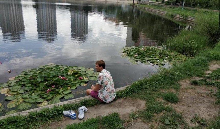 Неизвестные воровали цветы с озера на Березняках (фото)