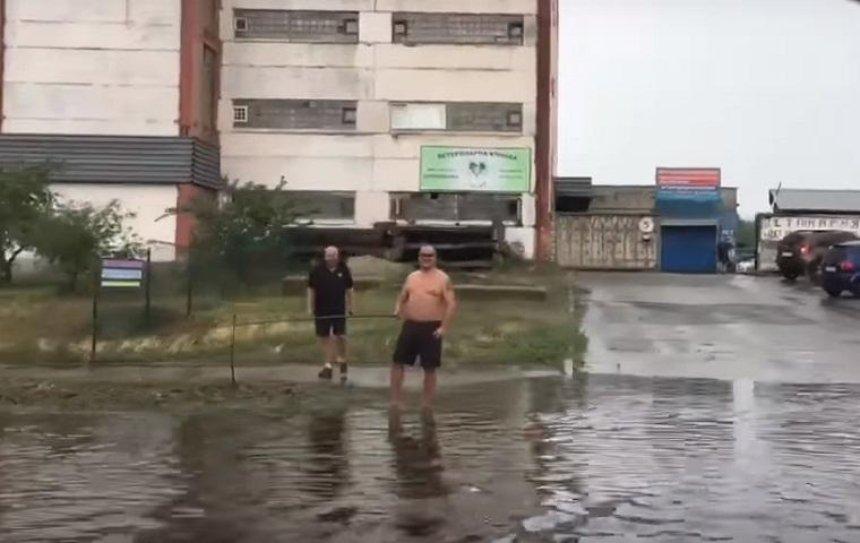 На Оболони были замечены дождевые «рыбаки» (видео)