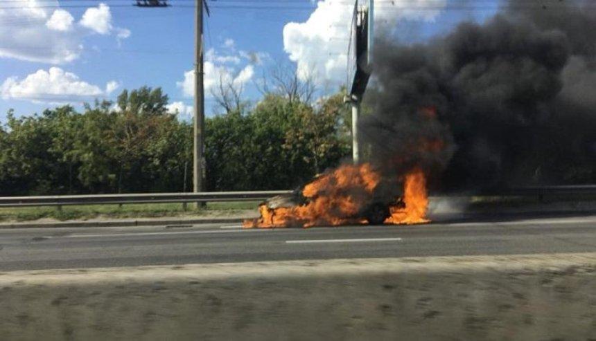 На проспекте Бандеры автомобиль сгорел на ходу (фото, видео)