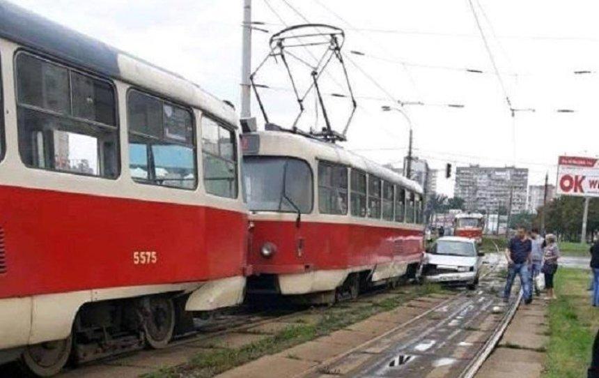 В Святошинском районе автомобиль влетел в трамвай (фото, видео)