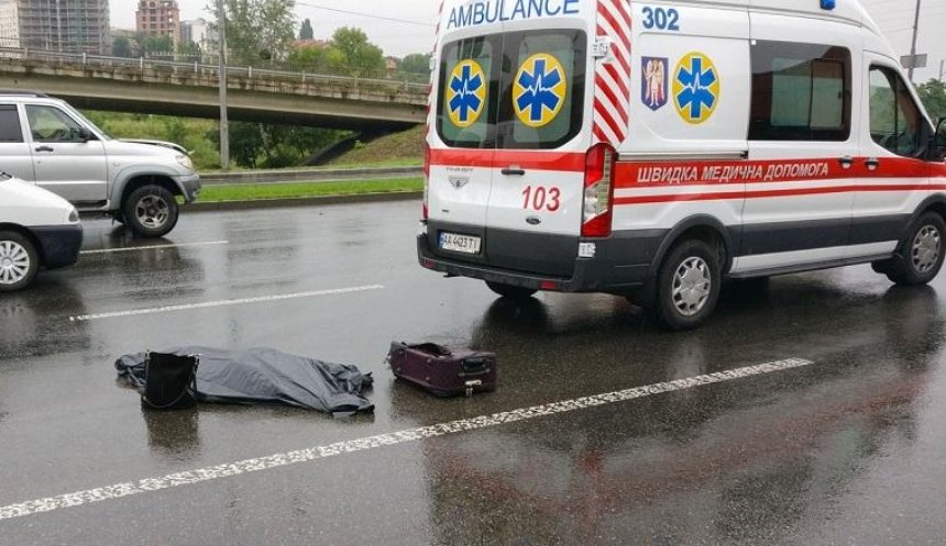 «С моста спрыгнула»: автомобиль насмерть сбил девушку возле Южного моста  (фото, видео)