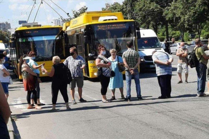 Жители Троещины перекрыли проспект Маяковского: по обе стороны образовались пробки