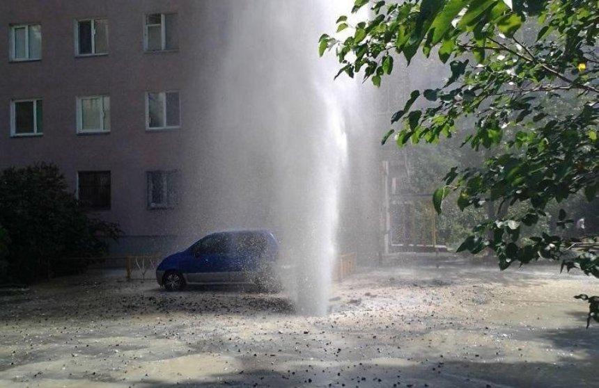 На Березняках забил фонтан высотой в несколько этажей (обновлено)