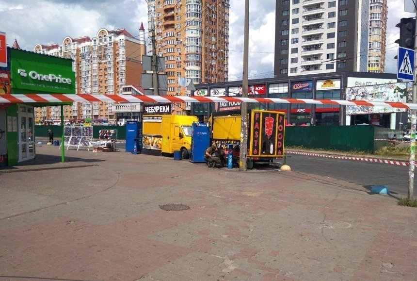 Площадь возле метро «Минская» заминировали: полиция подорвала взрывчатку