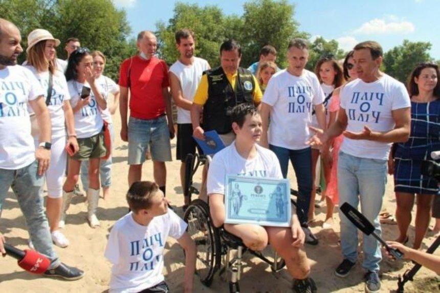 Новый рекорд Украины: в столице подросток переплыл Днепр