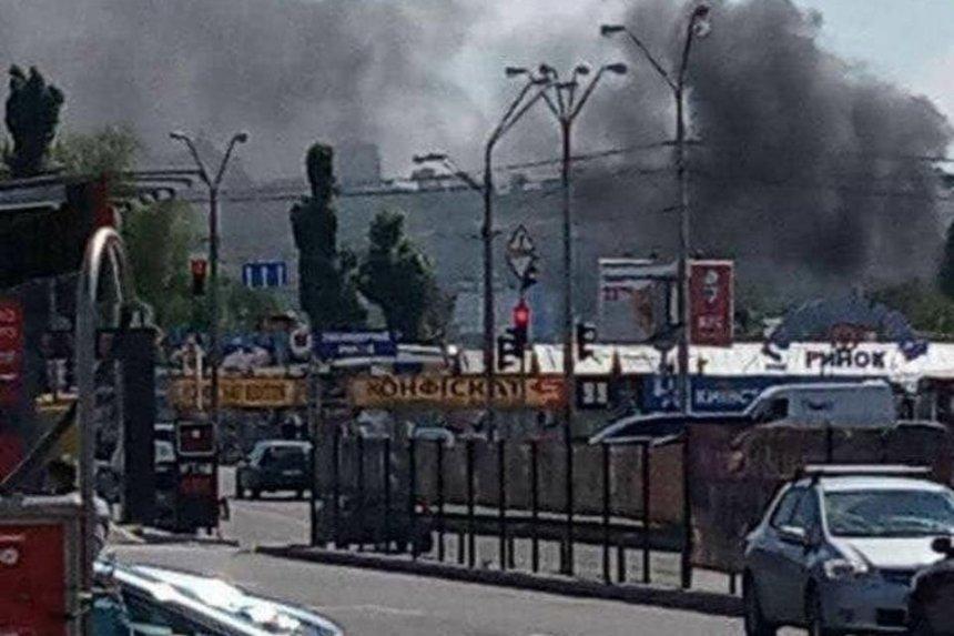 Возле станции метро «Почайная» в Киеве загорелся рынок