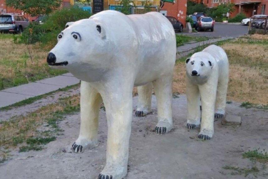 Во дворе жилого дома на Позняках появилась скульптура с белыми медведями