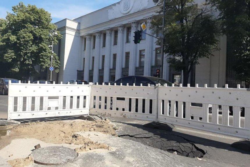 Под Верховной Радой прорвало трубопровод — движение по улице Грушевского ограничили