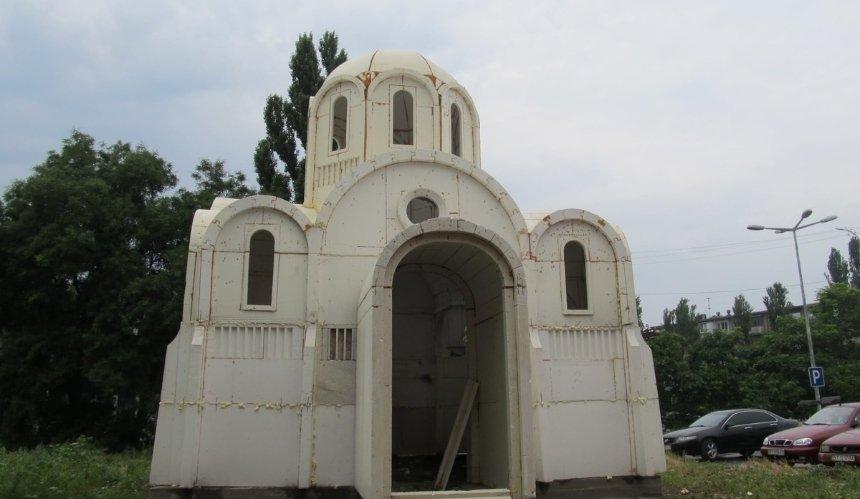 В Херсоне за день установили церковь из пенопласта