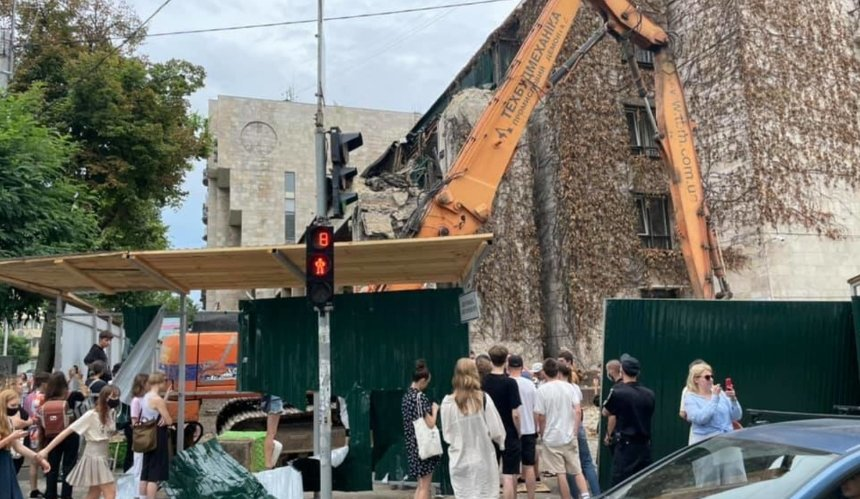 ВКиеве начали демонтаж здания «Квітів України»: что происходит