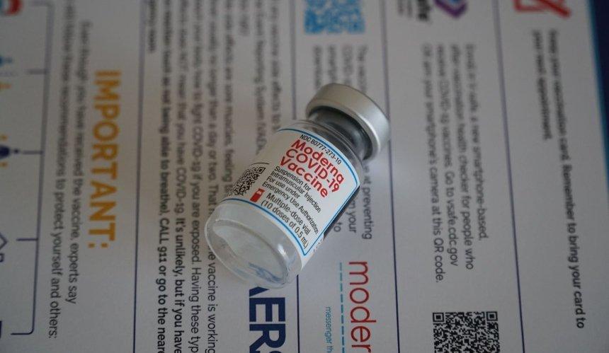 Украина скоро получит по 2 млн доз вакцины Moderna и Novavax