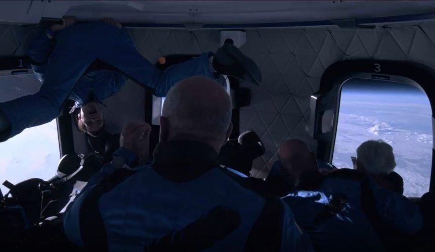Безос показал видео изнутри корабля New Shepard во время полета в космос