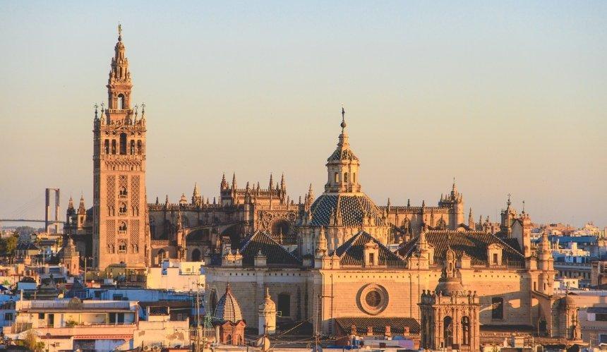 Испания открывает курорты для невакцинированных украинцев
