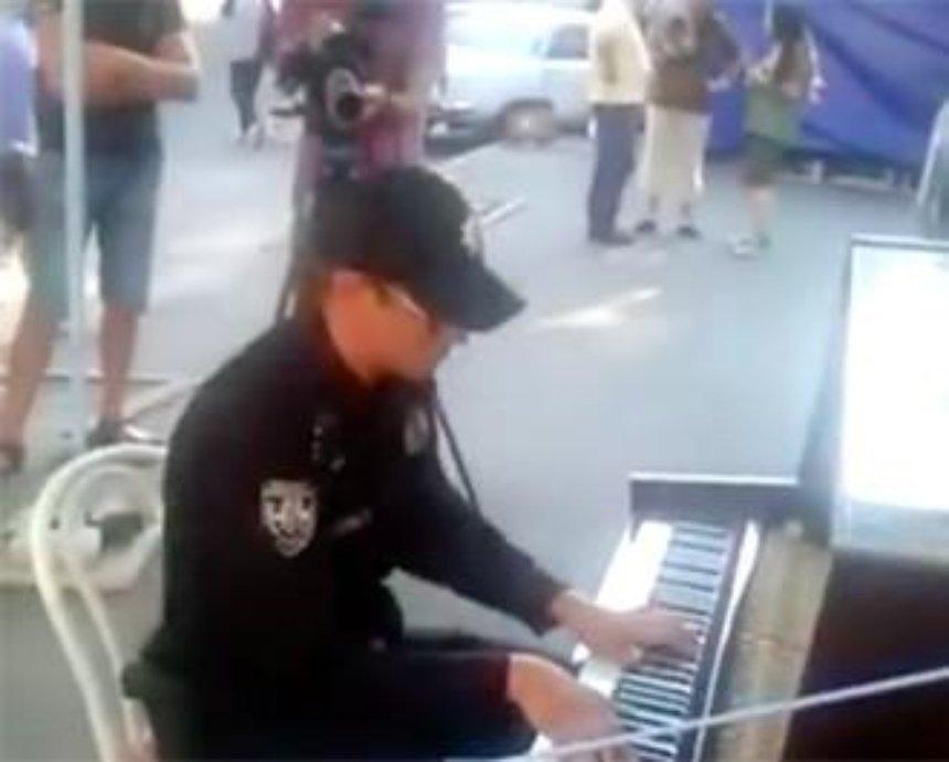 В Киеве патрульный сыграл хит на уличном пианино (видео)