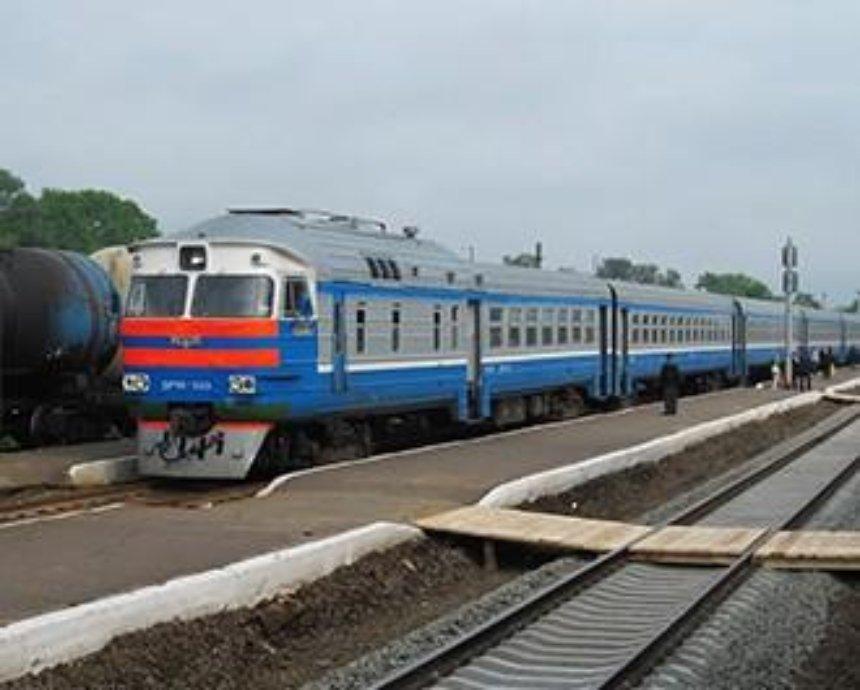 В Киеве поезд тяжело травмировал девушку на платформе