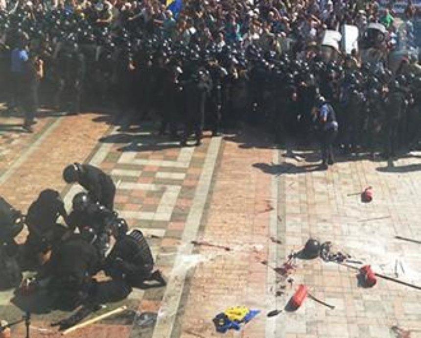 В милицию у Рады бросили взрывчатку: 30 раненых (фото)