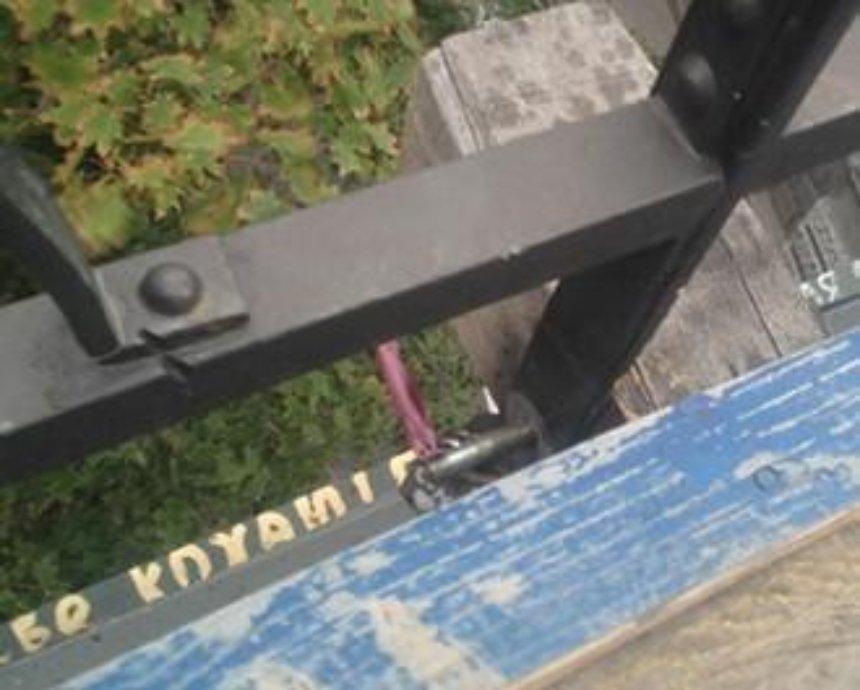 На Мосту влюбленных пропали крепежные болты (фото)