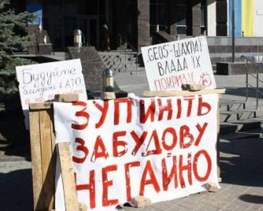 В Голосеево пообещали остановить скандальное строительство