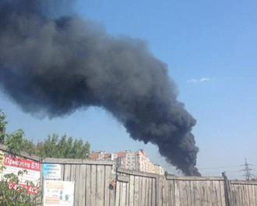 Под Киевом горят склады на промышленном предприятии (фото, видео)