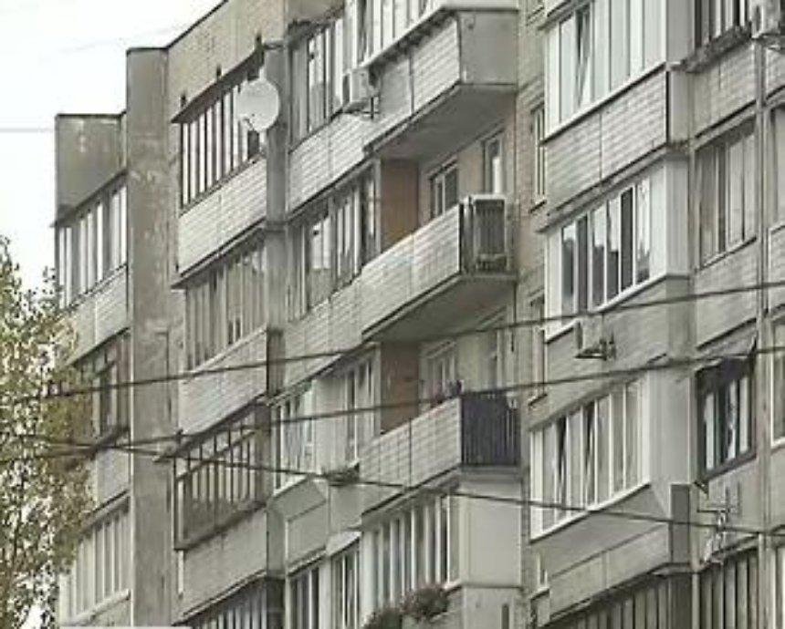 Обманутые люди поймали афериста, который сдавал одну квартиру десяткам семей