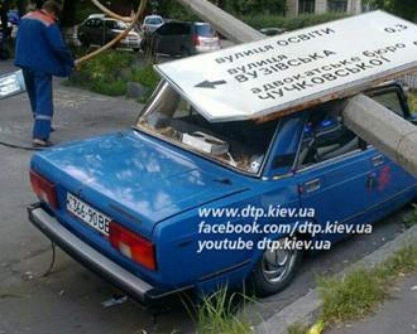 На Соломенке пьяный водитель обрушил столб на чужую машину и травмировал пешехода (фото)