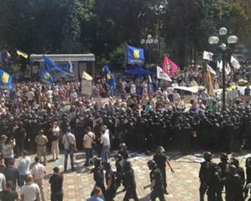 Под Радой началась драка, митингующие выхватили из строя нескольких бойцов НГУ