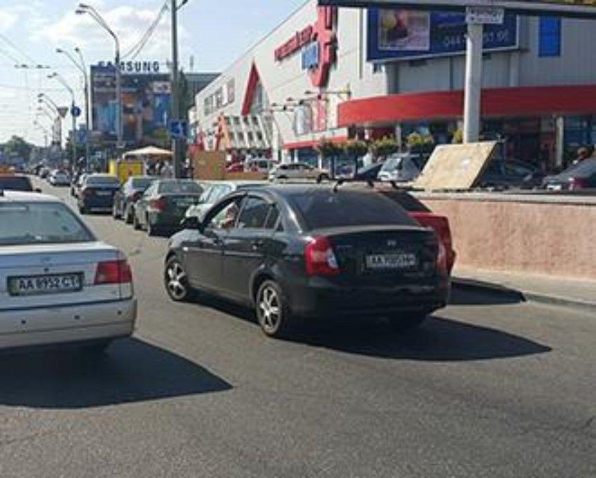 """В Киеве девушка """"припарковала"""" авто на перекрестке на втором ряду (фото)"""