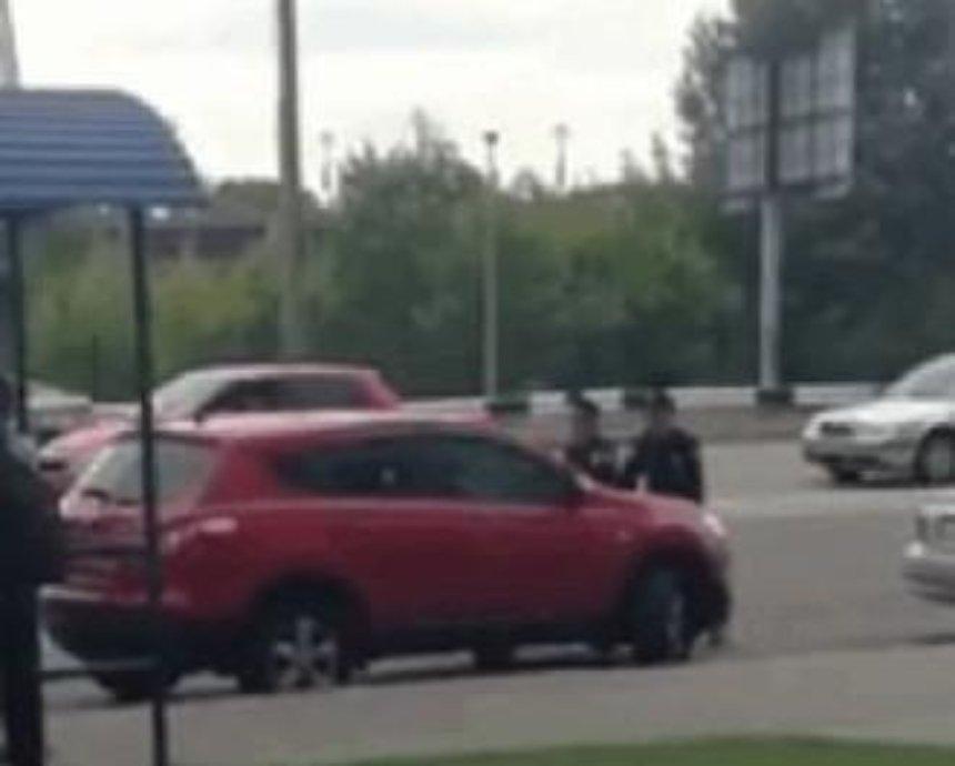 В Киеве блондинка пыталась наехать на полицейских (видео)