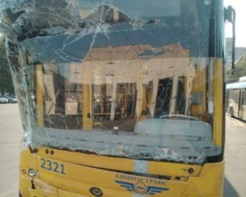 В Киеве троллейбус врезался в стену ГАИ (фото)