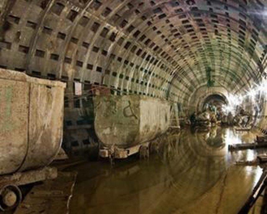 Обвал главного городского коллектора грозит отключением воды по всему Киеву